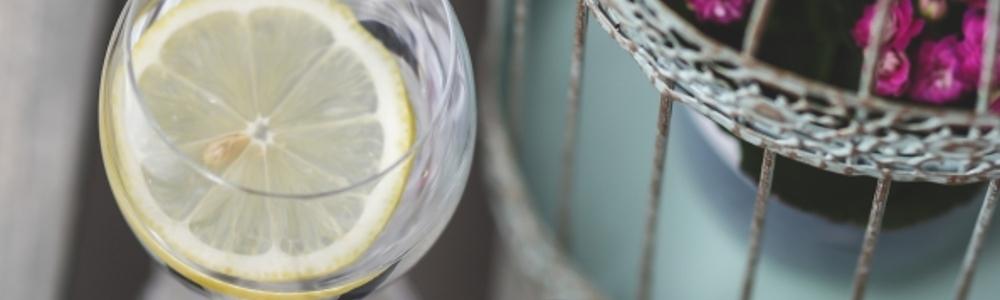 woda z cytryna na drewnianym stole